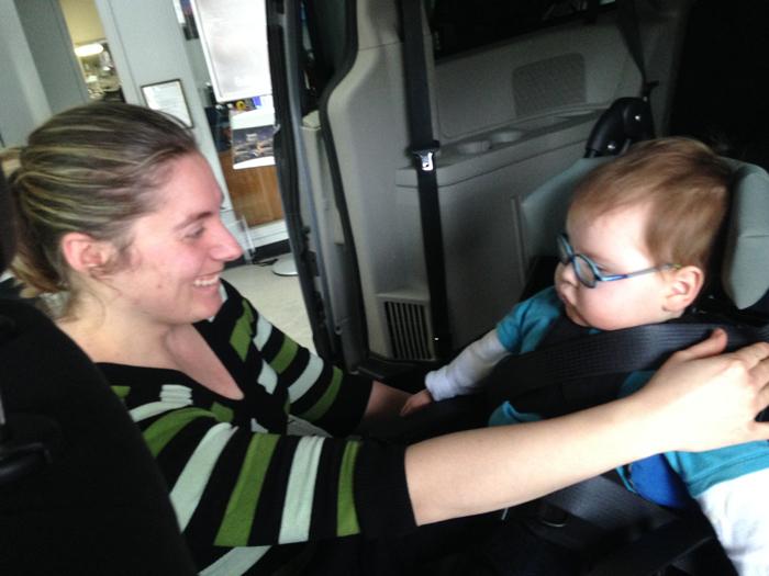 Notre ergothérapeute Caroline Lanthier, du Programme d'adaptation du véhicule, lors d'un essais dans le véhicule adapté.