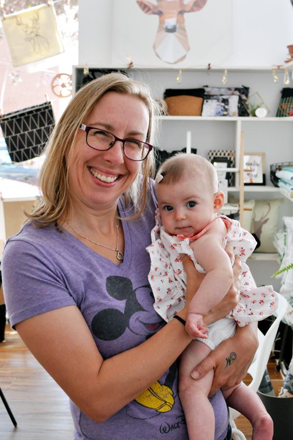 Une des marraines de Louis, Claudine, en compagnie d'une autre petite participante :)