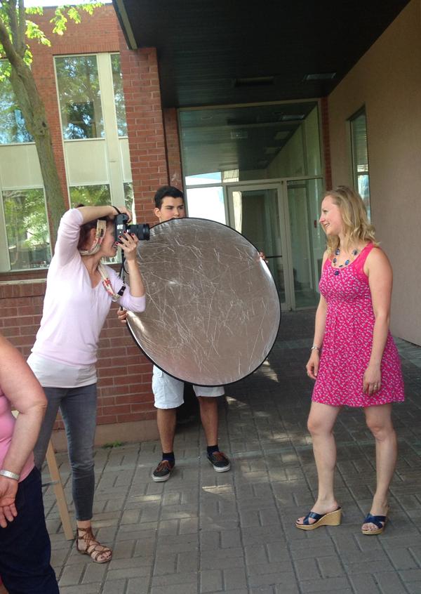 Shooting extérieur à deux pas du studio! Comble du hasard, Marie est en train de photographie Gail Blanchet, la marraine designer de Louis!